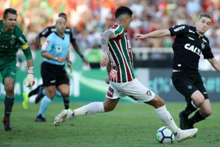 Com o goleiro Victor batido na jogada, Luciano solta o pé esquerdo para marcar o gol da vitória do Fluminense sobre o Atlético Mineiro