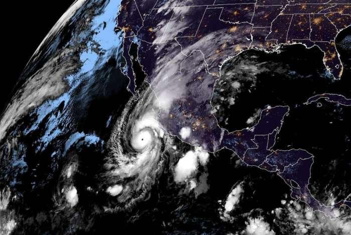 Imagens de satélite mostram a aproximação do Furacão Willa