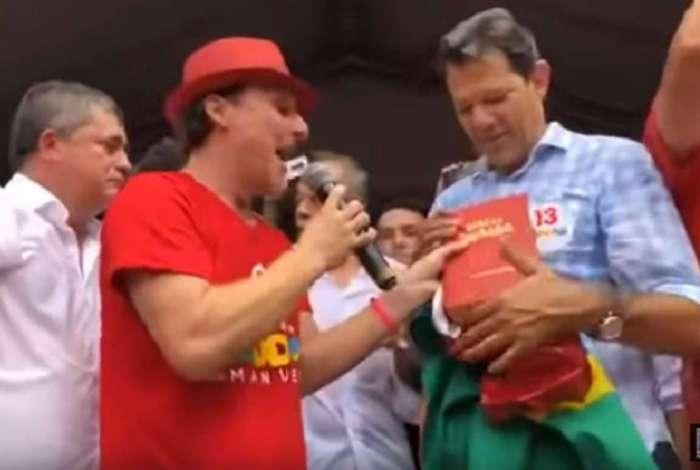 O candidato do PT à Presidência da República, Fernando Haddad recebe uma Bíblia de presente