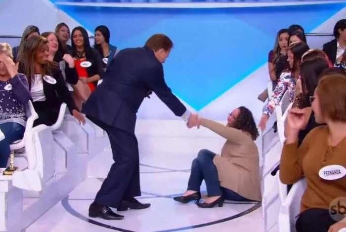 Silvio Santos socorre mulher após tombo no palco de seu programa