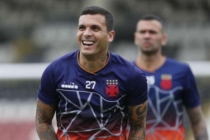 Ramon abre o sorriso durante treino do Vasco: confiança em recuperação da equipe