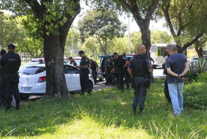 Roubo de carga, que começou em São Cristóvão,  termina em perseguição com troca de tiros na  da Cidade Universitária, na Ilha do Fundão