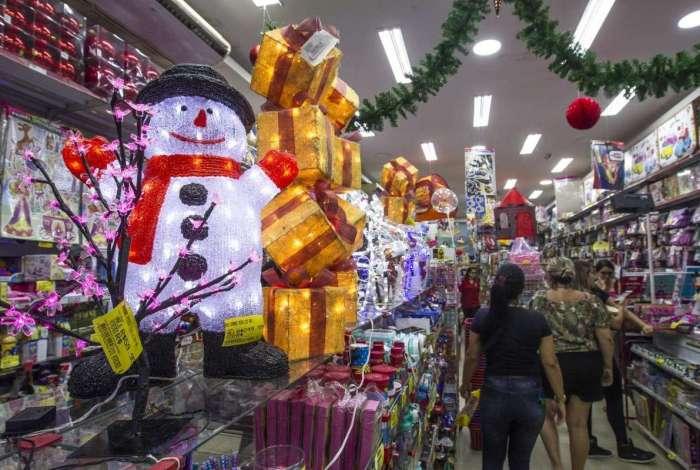 A dois meses do Natal, as lojas do Rio já estão decoradas com o tema da festa e oferecem presentes para todos os gostos