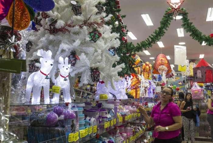 Lojas já estão decoradas e vendendo produtos natalinos. Consumidores já compram presentes e enfeites na Aidan na Rua da Alfândega