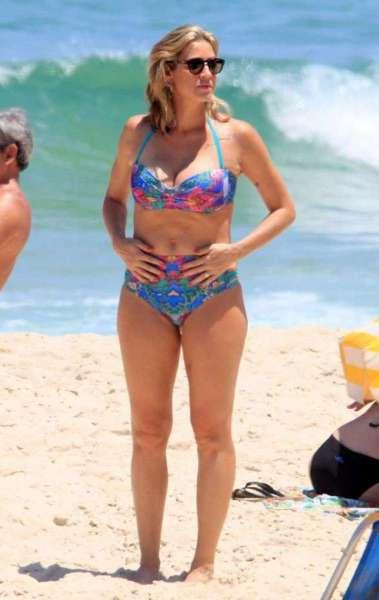 Luana Piovani curte dia de praia e recebe críticas por celulites