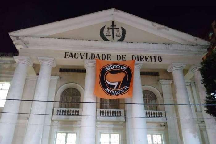 Caso ganhou repercussão a partir de bandeira na fachada do prédio da Faculdade de Direito da UFF