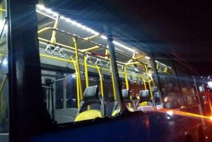Passageiros tiveram que quebrar as janelas para sair do articulado