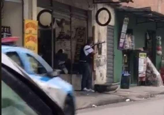 Vídeo registra ação da polícia na Fazendinha, no Complexo do Alemão no fim da tarde desta quinta-feira