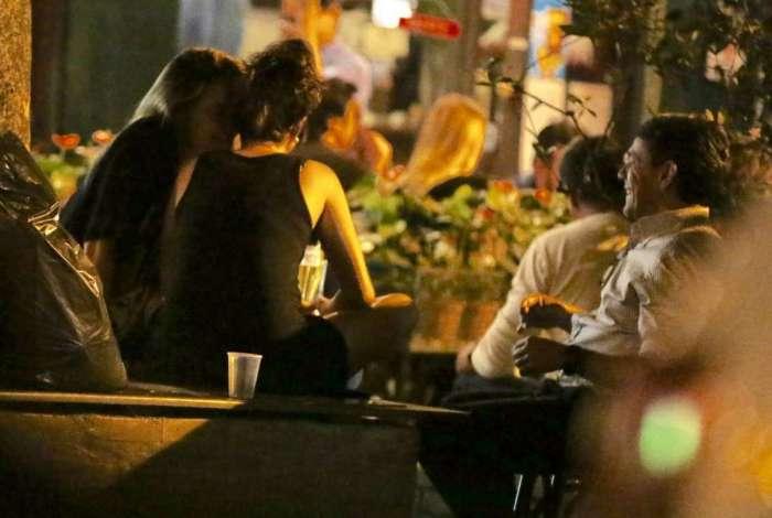 Fernanda Gentil com a namorada e o pai em bar no Baixo Gávea