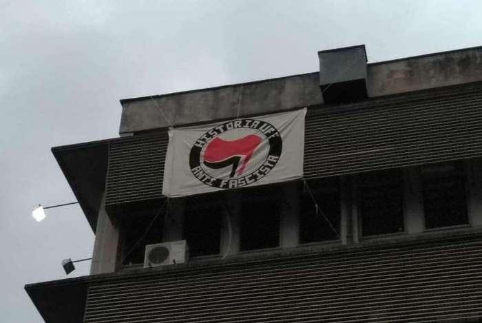 Alunos da UFF 'abraçam' movimento antifascista: bandeira hasteada no prédio do curso de História