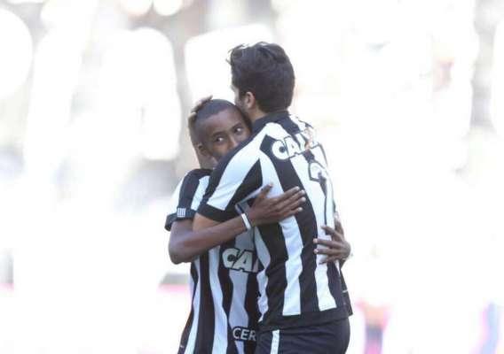 Ryan abraça o zagueiro Igor Rabello antes de partida do Alvinegro, no ano passado. Jovem faleceu nesta sexta-feira