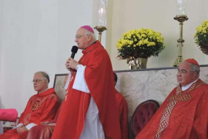 Dom Biasin (a frente do arcebispo do Rio, dom Orani Tempesta, em cerimônia recente), afirmou que católicos não podem ficar indiferentes diante de 'dias de apreensão'