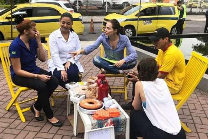 Letícia Colin e Luísa Arraes conversam com eleitores na rua