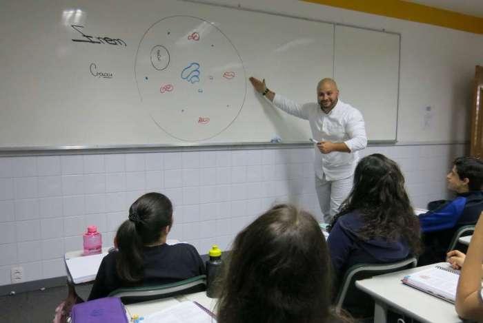Professor de Biologia do Colégio Pensi, Rafael Demartini.