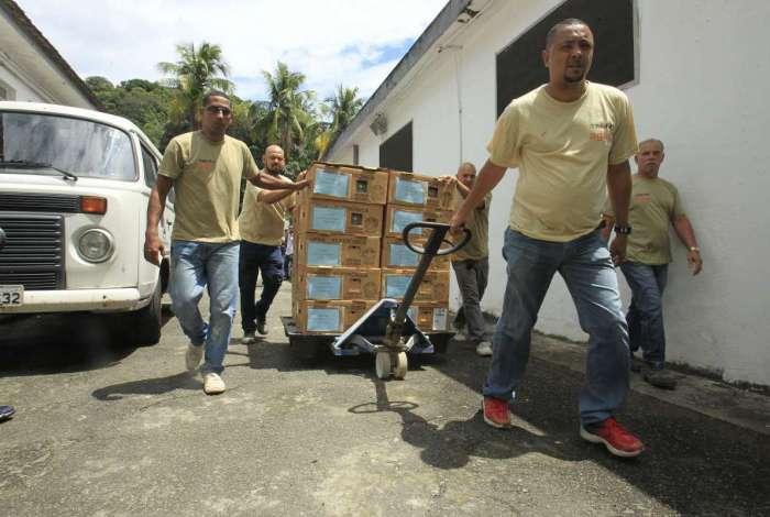 Funcionários do TRE-RJ enviaram urnas para zonas eleitorais ontem