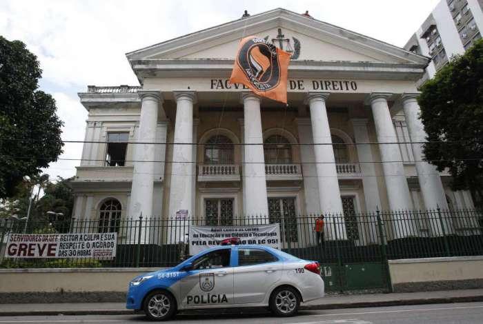 Faixa antifascista foi recolocada na fachada do prédio da instituição em Niterói