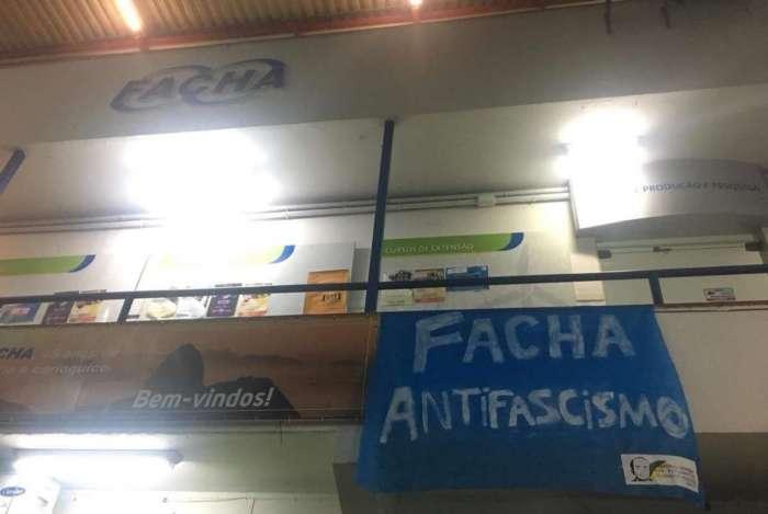 Alunos da Facha estendem cartaz antifascismo em resposta a ações do TRE