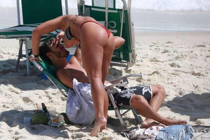 Giulia Costa namora na praia