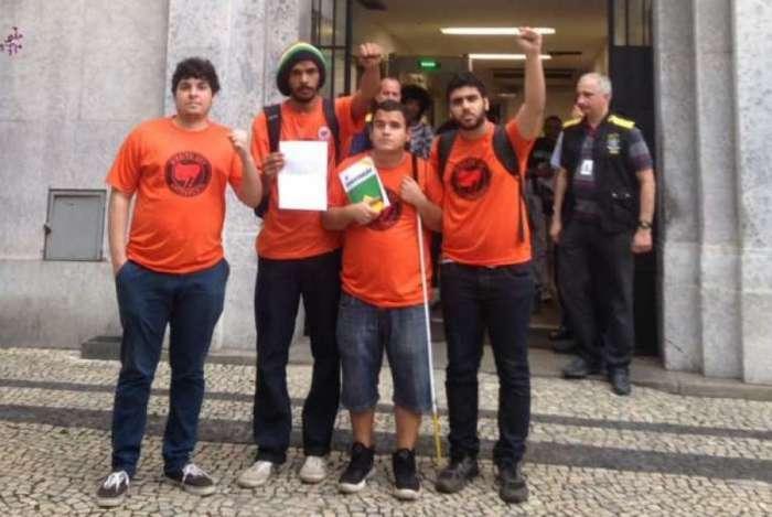 Alunos da UFF comemoram decisão da ministra Cármen Lúcias e criticam falta de fiscalização nas igrejas e nos batalhões policiais