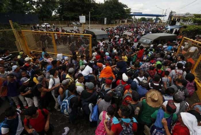 Hondurenhos cruzam a Guatemala na tentativa de chegar aos EUA