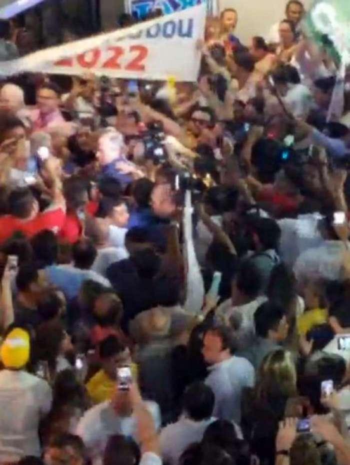 Ciro foi recepcionado por uma multidão no aeroporto
