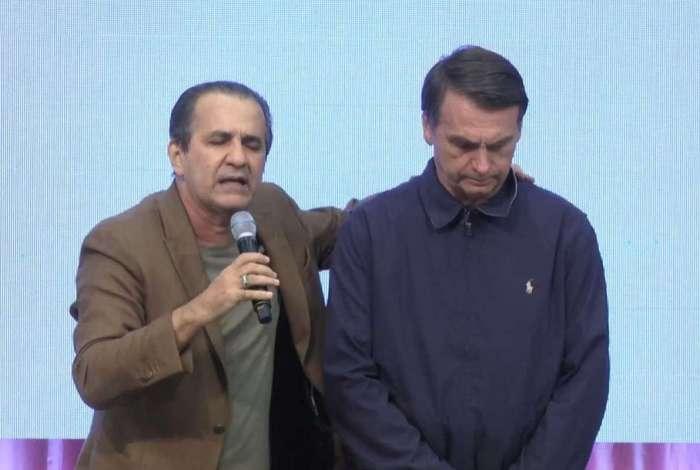 Jair Bolsonaro com o pastor Silas Malafaia em igreja na Penha