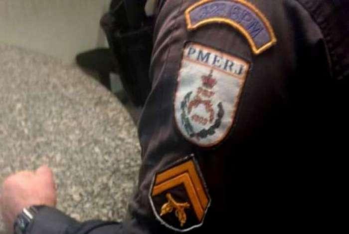 Com o traficante, os policiais encontraram uma pistola calibre 9mm com numeração raspada e carregada. Ele e a arma foram levados à delegacia de Macaé