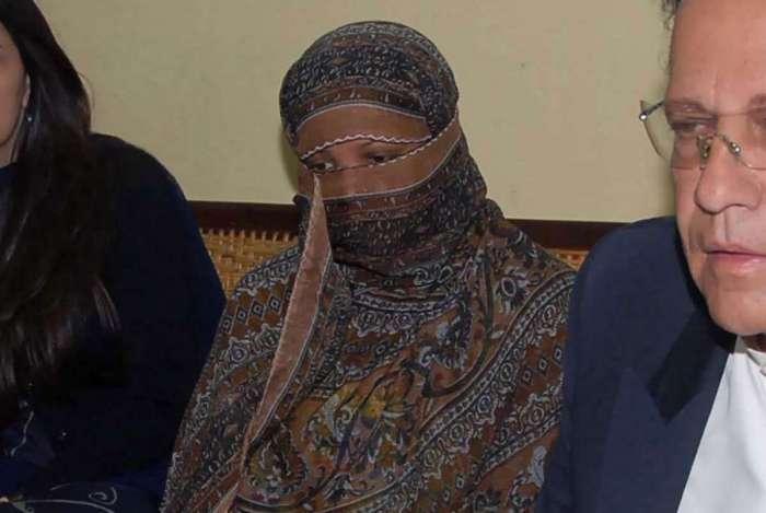 Asia Bibi ao lado do então governador de Punjab Salman Taseer, apelando contra sentença de pena de morte por acusações de blasfêmia na Cadeia Central em Sheikhupura em 2010