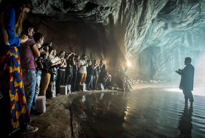 Antonio Calloni e jornalistas na gruta de 'O Sétimo Guardião'