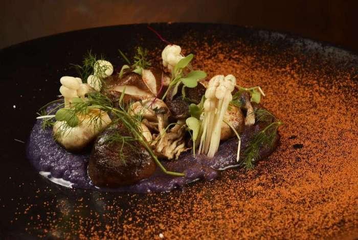 Selva, cogumelos com veludo de batata roxa e aspargos, do Enog