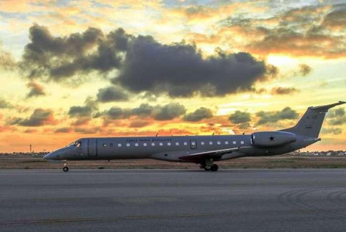 O modelo C-99 é um avião da Embraer ERJ 145 e tem dois desenhos