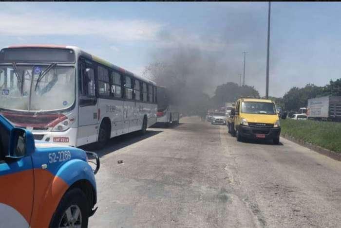Manifestantes atearam fogo em ônibus, na altura da Vila Kennedy