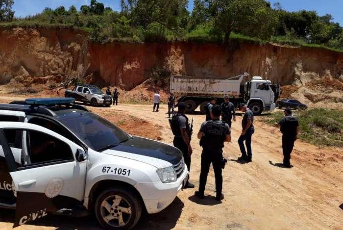 Polícia faz operação contra extração e venda ilegal de areia na Zona Oeste