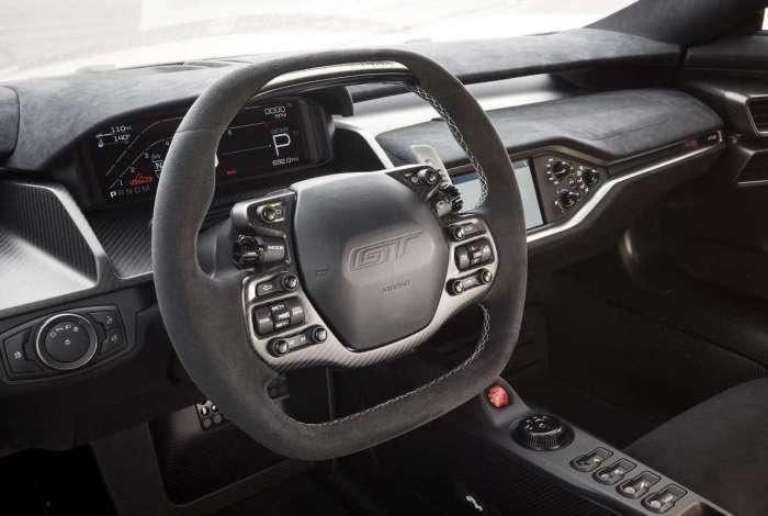 Interior conta com ar-condicionado e central multimídia SYNC 3