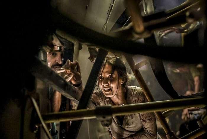 Evandro (Julio Andrade) e Carolina (Marjorie Estiano) na cena de acidente de ônibus