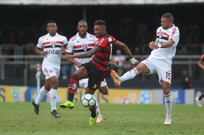 Vitinho tenta se livrar da marcação: gol incrível perdido no fim do jogo