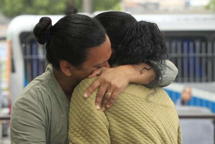 Marta Almeida, tia de Thiago, abraça a mãe do jovem, Rosângela Maria de Sousa