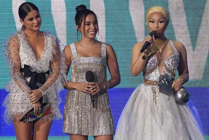 Nicki Minaj agradece prêmio que recebeu das mãos da cantora mexicana Sofia Reyes e de Anitta no Europe Music Awards