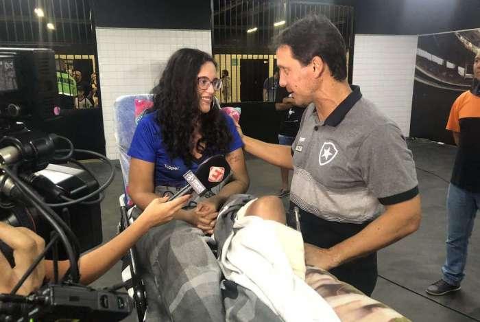 Em maca, Raquel Guimarães foi ao Nilton Santos acompanhar vitória do Botafogo sobre o Corinthians