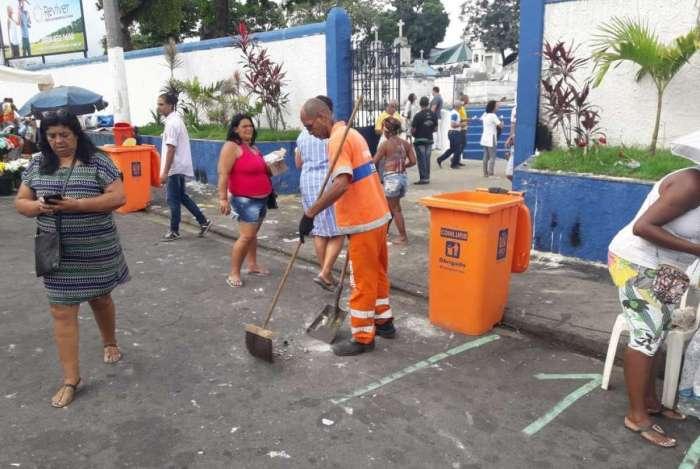 Finados: Comlurb recolhe 55,6 toneladas de resíduos nas imediações dos cemitérios