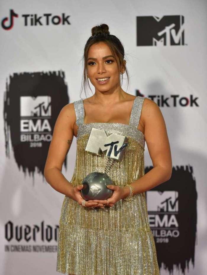 Anitta posa com seus prêmio nos bastidores