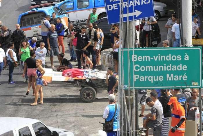 Moradores fecham Avenida Brasil, na altura da Favela Nova Holanda, com corpo de professor morto na comunidade