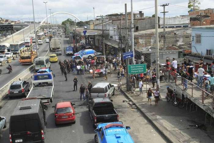 Moradores colocaram um corpo em carrinho de carga e levaram para a Avenida Brasil, que teve uma de suas pistas fechadas na terça-feira