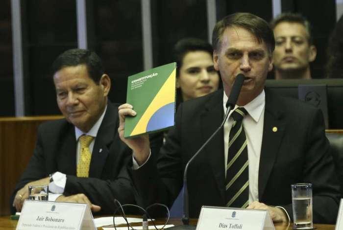 Bolsonaro no Congresso, ao lado de seu vice, general Mourão