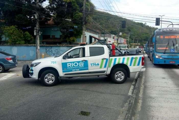 Trânsito está fechado no trecho entre as avenidas Nelson Cardoso e Geremário Dantas, no Tanque, por conta de tiroteio