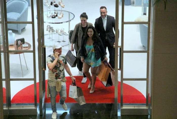 Viviane Araújo tem dia de compras no shopping