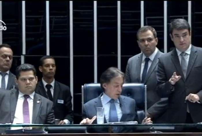 Sob a presidência de Eunício Oliveira, Senado aprova reajuste de salário para ministros do STF e procurador-geral da República