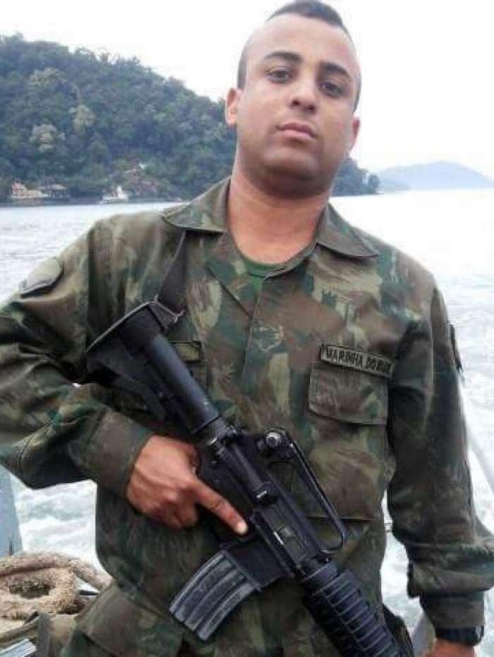 O militar estava de moto, com uma outra pessoa na garupa, quando tiros foram disparados contra eles