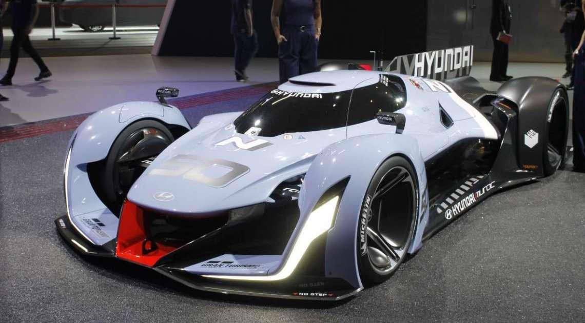 O Hyundai N 2025 Vision Gran Turismo, modelo desenvolvido a partir da série de jogos Gran Turismo, está exposto em tamanho real no estande da Hyundai. O supercarro oferece uma prévia de como serão os veículos de alto desempenho da próxima geração