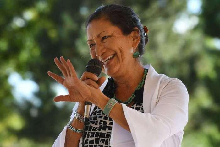 Deb Haaland venceu a republicana Janice Arnold-Jones nas eleições de meio de mandato